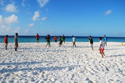 在Maafushi 附近的sandbank跟當地人踢球完成此次行程的其中一個mission